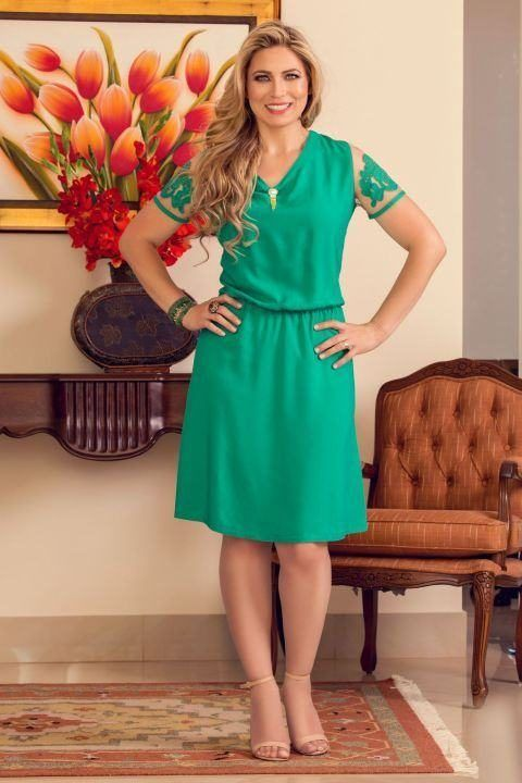 a8a9c0cac Imagem 15- Vestido verde com detalhes em tule e renda nas mangas