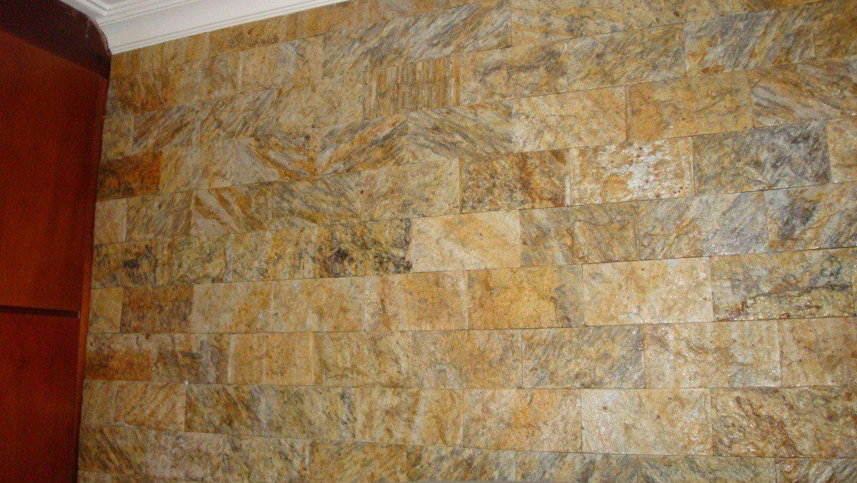 pedra miracema jardim:Revestimento com pedras decorativas na sala de casa