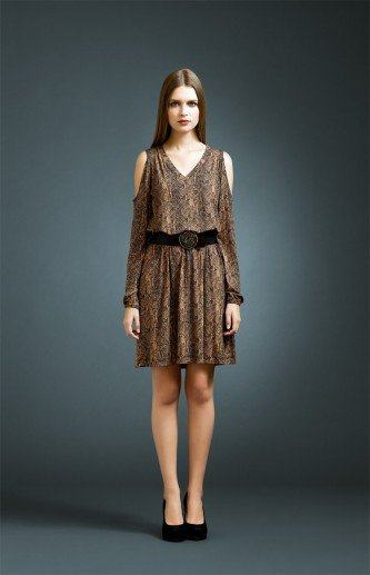 vestido com ombro de fora da moda