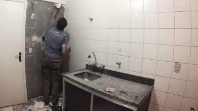 passos para ir tirando azulejos antigos das paredes