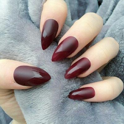 unhas stiletto bordô
