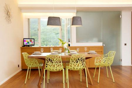 mesa-de-jantar-com-cadeiras-coloridas