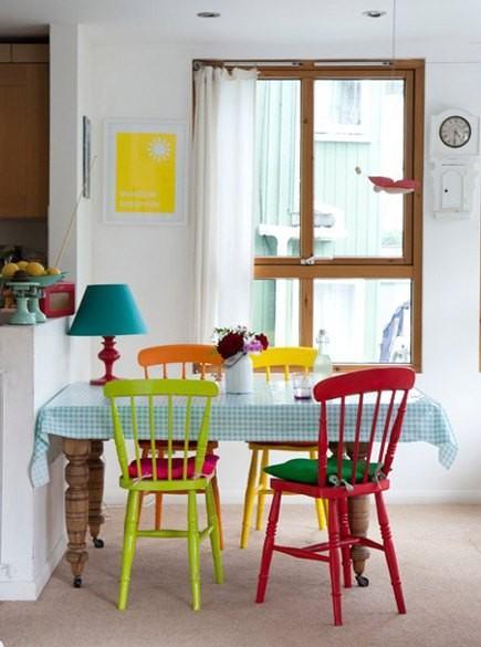 mesa-de-jantar-com-cadeiras-coloridas-pintadas