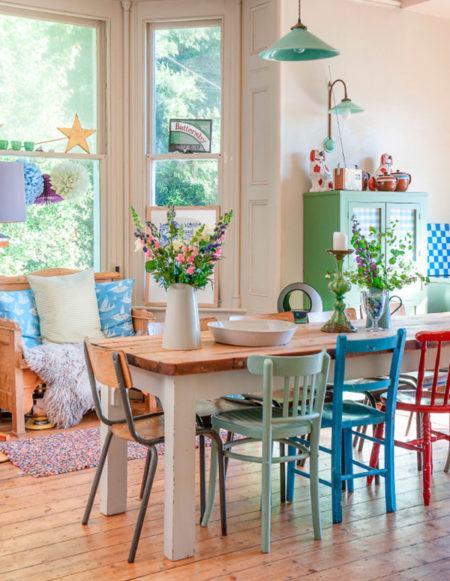 mesa-de-jantar-com-cadeiras-coloridas-rusticas